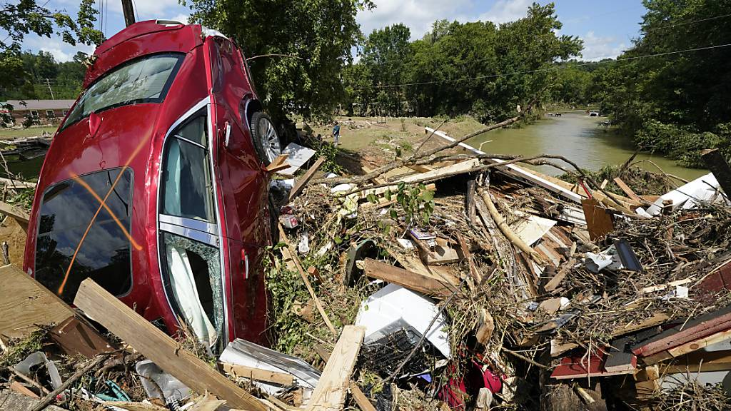 Ein Auto steckt in den Trümmern einer weggespülten Brücke in Waverly, Tennessee.