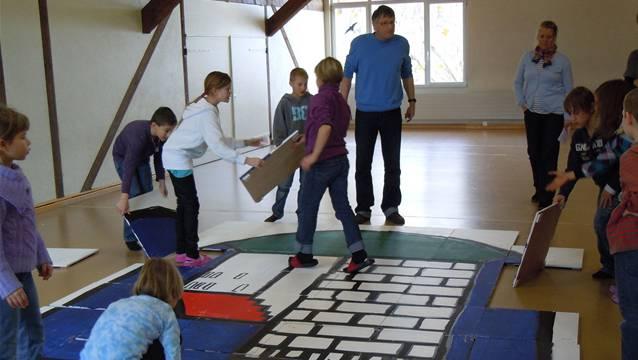 Kinder der Gesamtschule Habsburg haben ein Puzzle mit dem Habsburger Wappen kreiert.