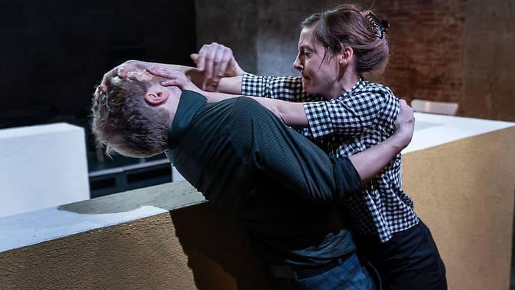 """Die schwarze Komödie """"Sonnenlinie"""" von Iwan Wyrypajew hatte am 20. Januar 2018 an der Zürcher Winkelwiese Premiere. Es spielten Samuel Streiff (l) und Jeanne Devos (r)."""