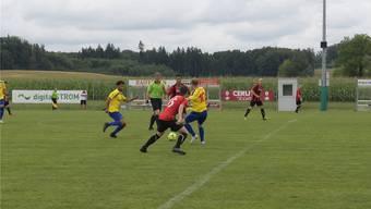 Mittendrin – Alex De Lorenzi (im grünen Trikot) beim Spiel zwischen Wettswil-Bonstetten und Frick.