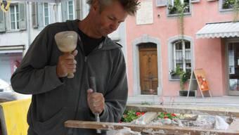 Bildhauer sind in Büren an der Aare am Werk