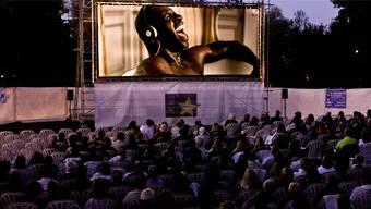 Als noch alles gut war: Der Film «Les Intouchables» im Open-Air-Kino Bad Zurzach.