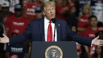 Trotz der rasanten Zunahme an Neuinfektionen in den USA hält Präsident Donald Trump nichts von einer landesweiten Maskenpflicht. Das Virus werde verschwinden, sagte er im US-Fernsehen. (Foto: Sue Ogrocki,/AP/KEYSTONE/SDA)