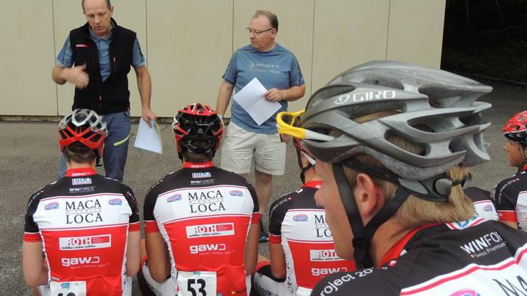 Der sportliche Leiter René Stüssi (links) und Roberto Marchetti geben die Renntaktik bekannt.