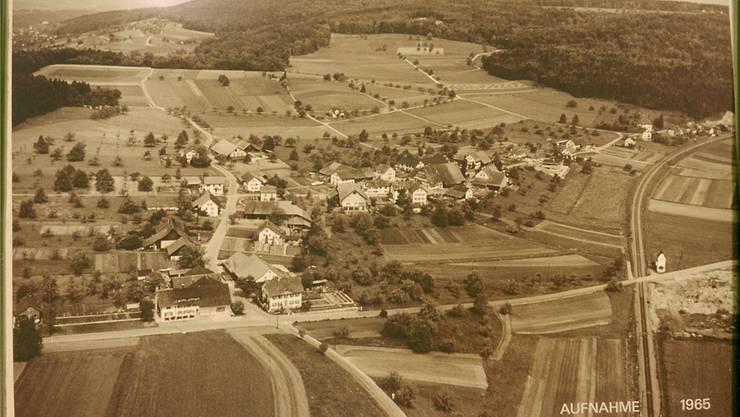 Dättwil 1965: mit Bahn, aber noch ohne Kantonsspital, Forschungszentrum und Autobahn. Archiv Chronikgruppe Dättwil