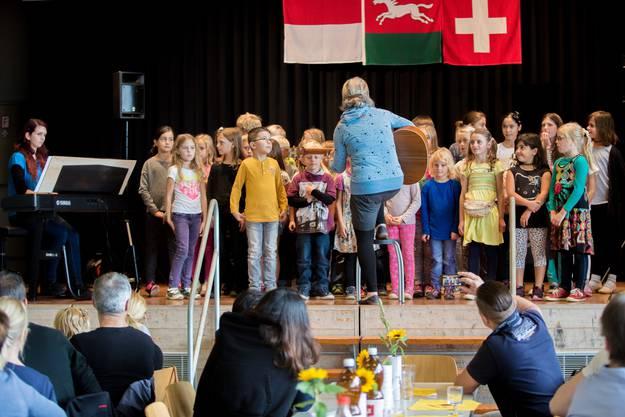 Käthi Burkard singt mit den Kindern zum allerersten Mal das Oekingerlied vor Publikum