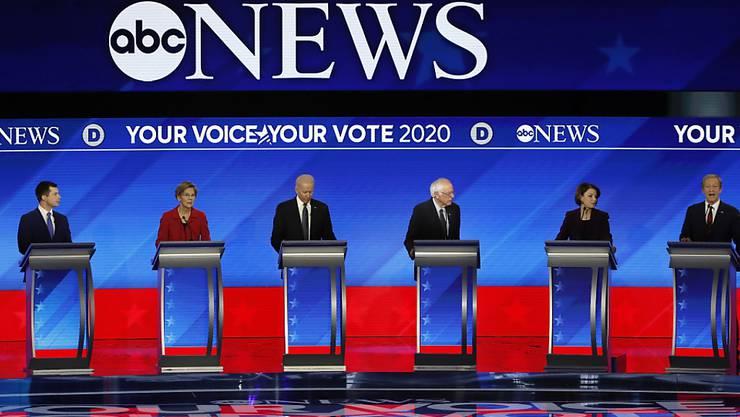 Die Präsidentschaftsbewerber der US-Demokraten haben sich in einer Fernsehdebatte einen Schlagabtausch geliefert.