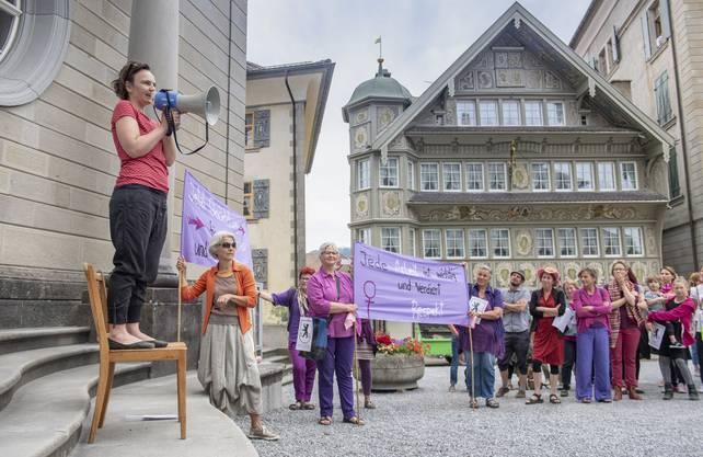 Brav, aber unmissverständlich: Ausserrhoderinnen demonstrieren für gleiche Löhne bei gleicher Arbeit – und zwar auf dem Landsgemeindeplatz, wo ihnen 1989 endlich das Stimmrecht zugestanden wurde.