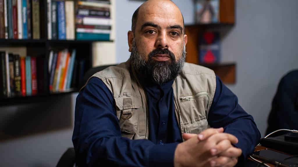 ARCHIV - Bilal Sarwari, einer der bekanntesten afghanischen Journalisten, sitzt in seinem Büro in Kabul. Einer von Afghanistans bekanntesten Journalisten, Bilal Sarwari, hat nach der Machtübernahme der militant-islamistischen Taliban das Land verlassen. Foto: Arne Immanuel Bänsch/dpa