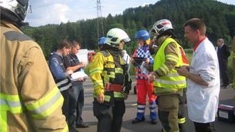 An einer Alarmübung wird der Einsatz von Feuerwehr und Chemiewehr  eins zu eins durchgespielt