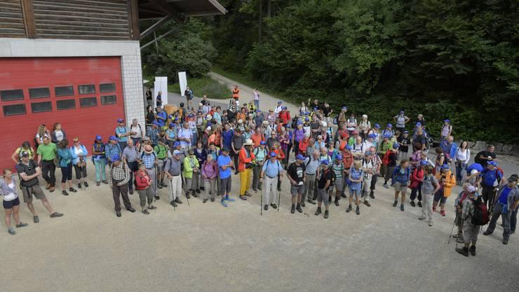 Besammlung bei der Holzerhütte in Grenchen: 165 Leserwanderer waren es an diesem 16. Juli 2017.