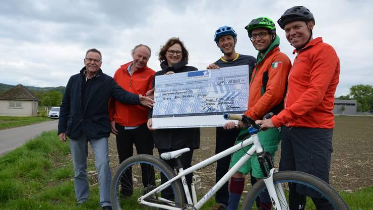 Der Verein Umsetzer Brugg-Lauffohr überreicht dem Verein BikeAttrAktiv 18000 Franken