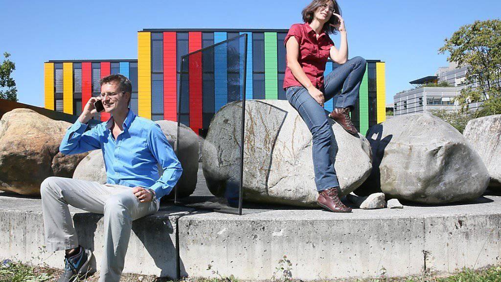 Die EPFL-Forschenden Andreas Schüler und Olivia Bouvard präsentieren ihr mobilfunkdurchlässiges Zugfenster.