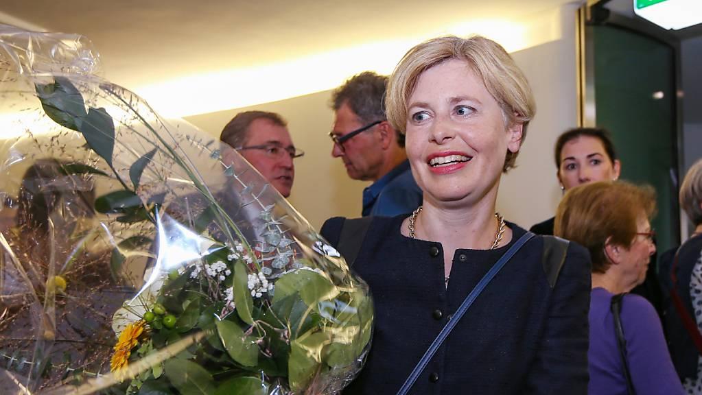 Wahlerfolg eines «Promis»: Die neue SVP-Nationalrätin Esther Friedli nimmt im St.Galler Wahlzentrum Gratulationen entgegen. Ihr Lebenspartner Alt-Nationalrat Toni Brunner bewirtete derweil die Gäste im gemeinsamen Landgasthof im Toggenburg.