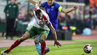Der Star kommt zu spät: Arjen Robben verliert Zweikampf gegen Bulgariens Petar Zanev