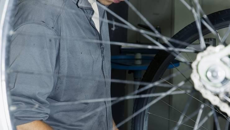 Arbeitsintegration im Teillohn: Ein Mann repariert in der Velowerkstatt ein Rad. Im dazugehörenden Verkaufslokal werden gebrauchte Fahrräder und Zubehör angeboten. (zvg)