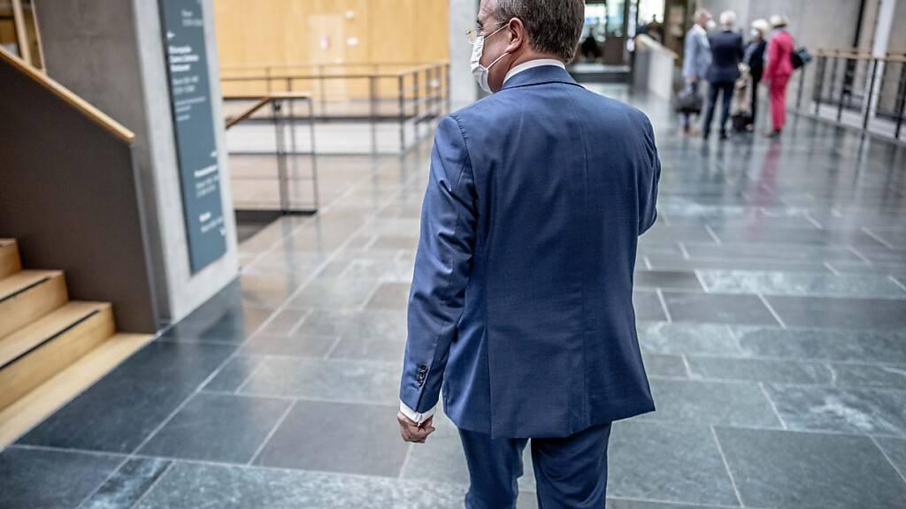 dpatopbilder - Nach Angaben von Teilnehmern der heutigen CDU-Fraktionssitzung, räumte Armin Laschet eigene Fehler im Wahlkampf ein und entschuldigte sich. Foto: Michael Kappeler/dpa
