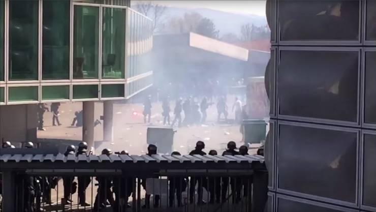 10.April: Neun Polizisten sind bei den heftigen Randalen verletzt worden. Auf der Gegenseite wurde ein Fan schwer am Auge getroffen. Youtube/Screenshot