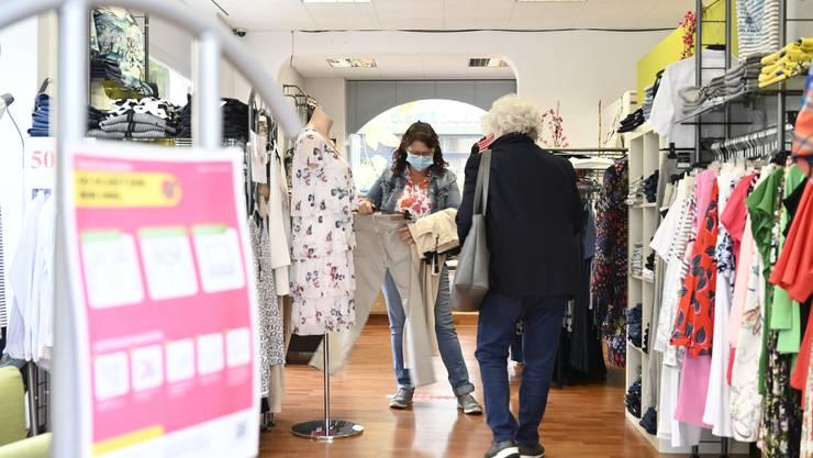 Carmen Leimer von der Boutique Olivia bedient eine Kundin