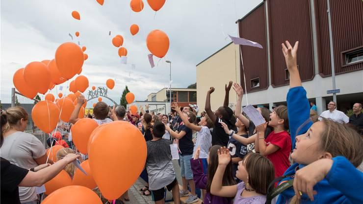 Letzten August waren die Schülerinnen und Schüler bei der Grundsteinlegung fürs neue Primarschulhaus an der Langwies in Bad Zurzach beteiligt.ASp/Archiv