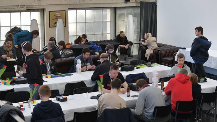 Teilnehmer messen sich im Speedcubing