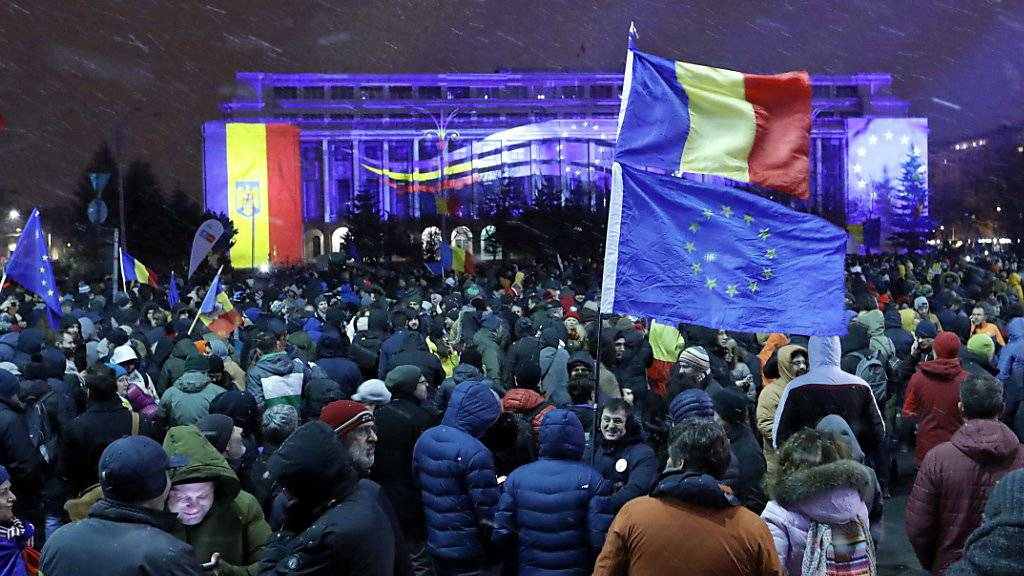 Am Sonntag sind erneut tausende Rumänen auf die Strasse gegangen, um gegen Justizreformen zu protestieren.