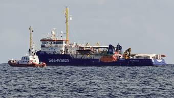 Das Rettungsschiff Sea-Watch ist derzeit nur zwei Kilometer vor der sizilianischen Küste im Meer blockiert.