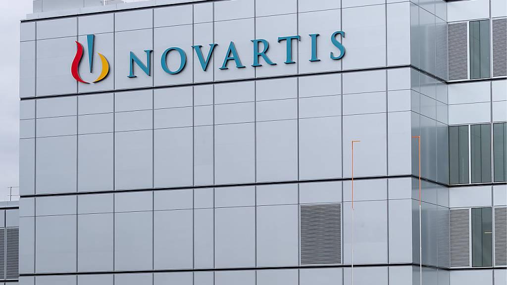 Novartis schaltet sich über eine Zusammenarbeit mit Molecular Partners nun doch aktiver in den Kampf gegen Covid-19 ein. In Form einer Options- und Lizenzvereinbarung üben die beiden Unternehmen den Schulterschluss. (Archivbild)