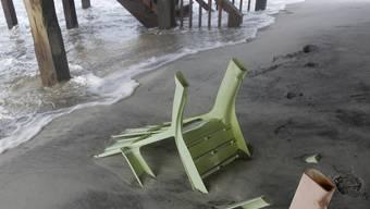 Weggespülte Plastikstühle am Strand von Dauphin Island, Alabama