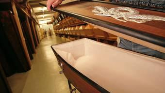 Walliser Bestatter wollten Leichen in Särgen ohne Deckel verbrennen. (Symbolbild)