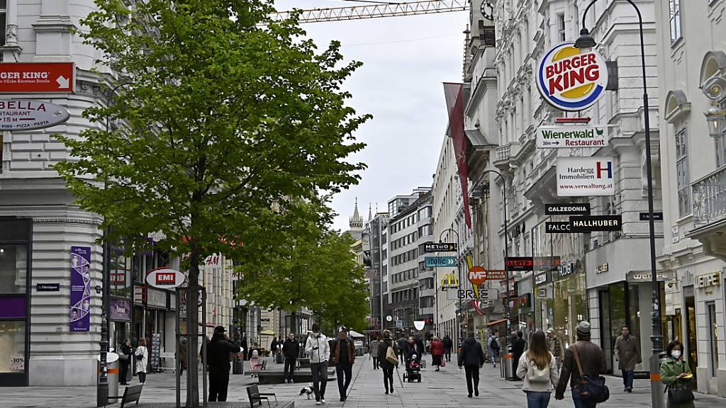 Österreich lockert weiter - Menschen sind in der Wiener Innenstadt unterwegs. Foto: Hans Punz/APA/dpa