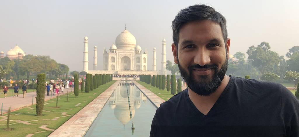 Als Tourist in seinem Herkunftsland: Pascal Amar Rüegg steht vor dem Taj Mahal im indischen Agra.
