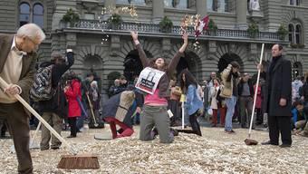 Bedingungsloses Grundeinkommen: Bei der Unterschriften-Übergabe zur Volksinitiative im Oktober 2013 bedeckten 8 Millionen Fünfrappenstücke den Bundesplatz in Bern