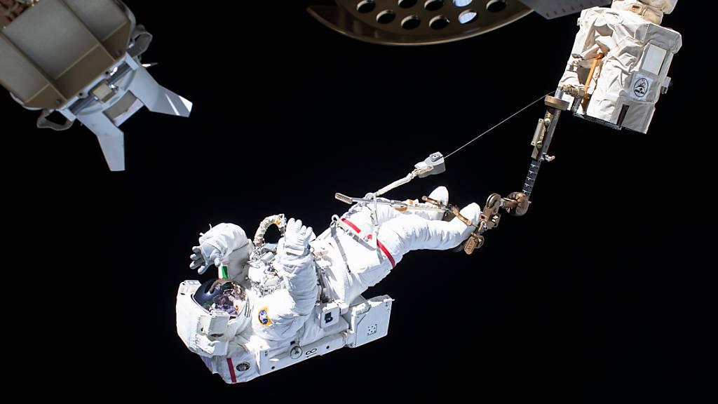 ARCHIV - Ein außergewöhnlicher Arbeitsplatz: Ein ESA-Astronaut beim Außeneinsatz an der Internationalen Raumstation ISS. Foto: ---/Nasa/dpa - ACHTUNG: Nur zur redaktionellen Verwendung und nur mit vollständiger Nennung des vorstehenden Credits