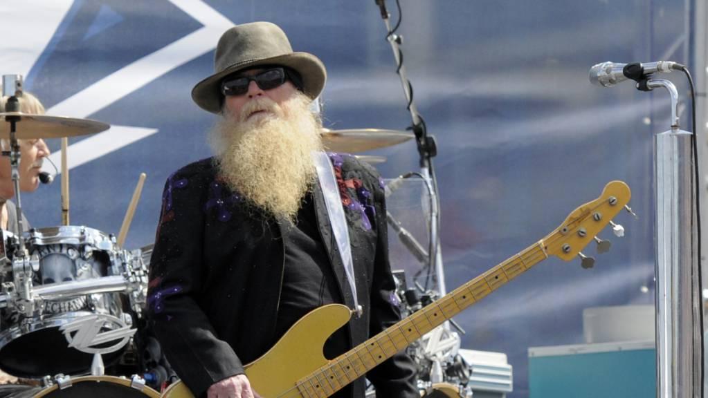 Dusty Hill, Bassist von ZZ Top, ist im Alter von 72 Jahren gestorben, wie die weiteren Bandmitglieder Gibbons und Beard auf der Webseite von ZZ Top mitteilten.
