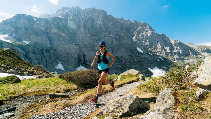 Mit leichten Sportschuhen und nur wenig Gepäck unterwegs über der Gletscherschlucht von Grindelwald: Trail Running wird in der Schweizer Bergwelt immer beliebter.