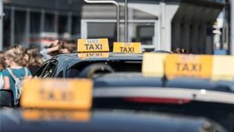 Drei selbstständige Fahrer einer Zürcher Taxi-Zentrale gelten neu als Angestellte. Das hat weitreichende Folgen für das Taxi-Gewerbe. Christian Beutler/Keystone