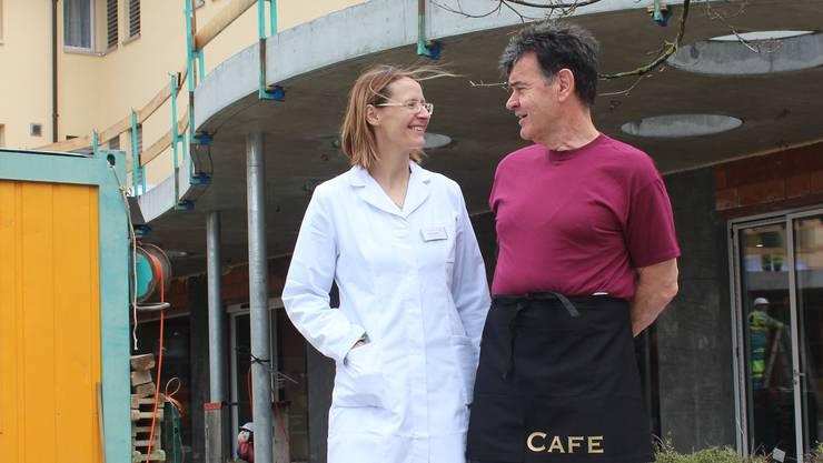 df559dee53ded0 Die zwei neuen Nachbarn verstehen sich jetzt schon prächtig  Apothekerin  Monika Wilders und Café-