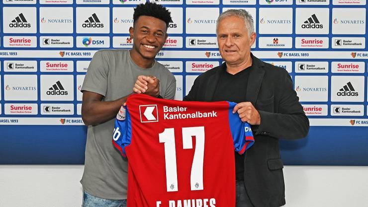 Ramires und Sportchef Ruedi Zbinden präsentieren das Trikot mit der Nummer 17.