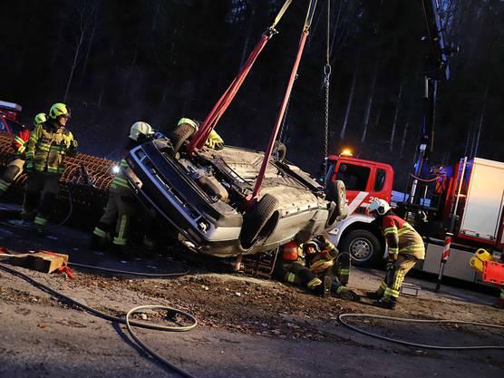 Menzingen ZG, 16. März (2): Die Beifahrerin wurde eingeklemmt und lebensgefährlich verletzt.