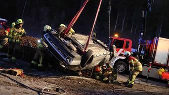 Bei einem Unfall in Menzingen im Kanton Zug wurde eine junge Frau eingeklemmt und lebensgefährlich verletzt.