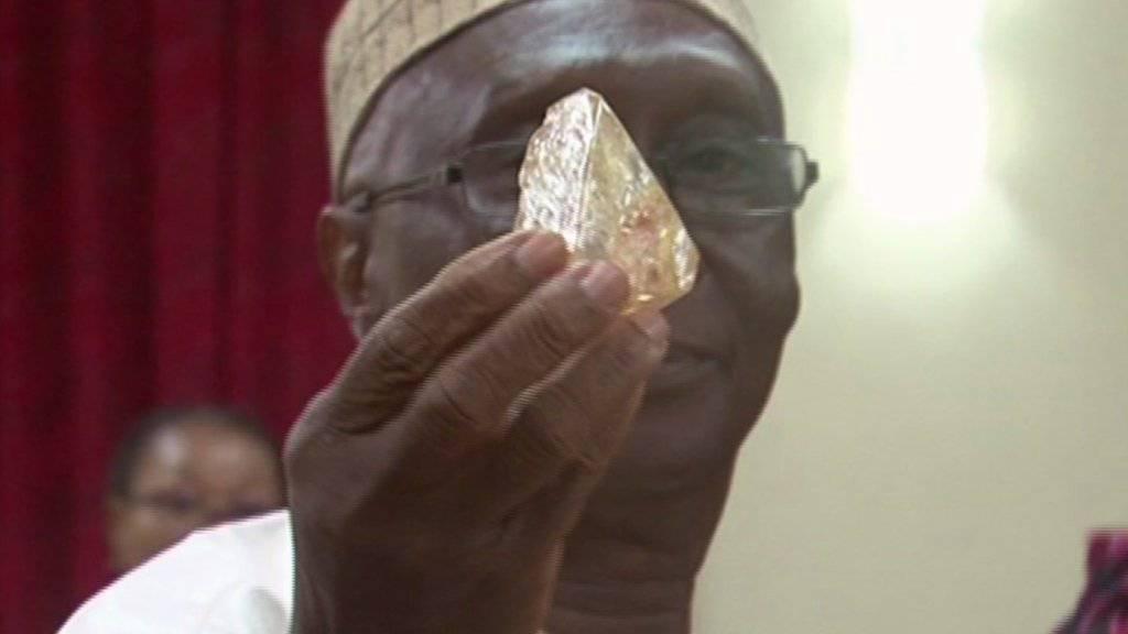 Sierra Leones Minister für Minen und Bodenschätze, Alhaji Minkailu Mansaray, präsentiert den 706 Karat schweren Diamanten, den ein Pastor gefunden und der Regierung geschenkt hat.