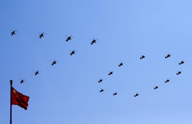 """Die chinesischen Armeehubschrauber formieren sich zur Zahl """"70"""", um dem 70. Jahrestag des Ende des Zweiten Weltkrieges in Peking zu gedenken."""