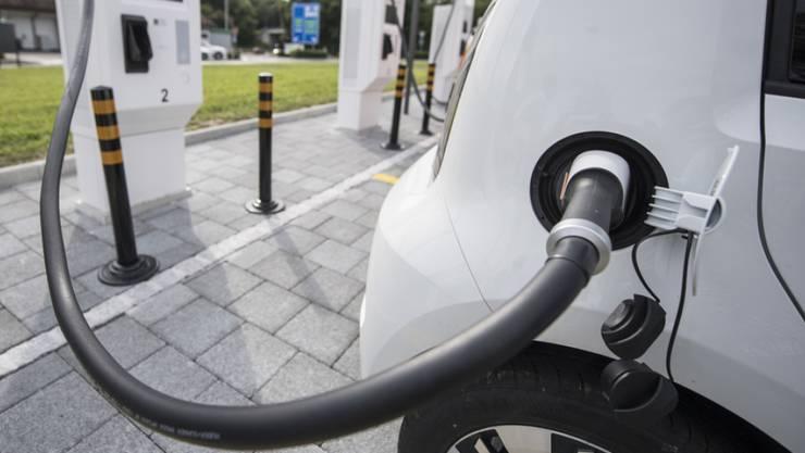 Mit Prämien will das Wallis den Verkauf von neuen Elektro- oder Hybridfahrzeugen  ankurbeln. Zudem soll die Zahl der Ladestationen deutlich erhöht werden. (Symbolbild)