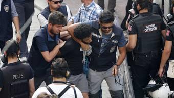 Istanbuler Polizei geht gewaltsam gegen Gay-Pride-Demonstranten vor