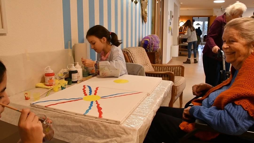 Schüler malen im Altersheim Schenkenbergertal