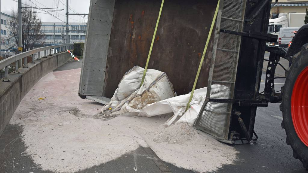 Anhänger verliert drei Tonnen Granatsand auf der Strasse