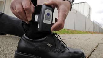 Der Überwachungssender wird am Fussgelenk getragen, daher elektronische Fussfessel genannt.
