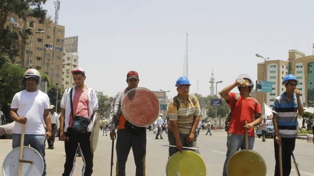 Unterstützer von Präsident Mursi gewappnet gegen Angriffe in Kairo