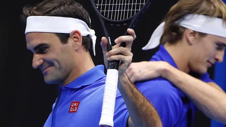 Roger Federer hatte sichtlich Spass - im Hintergrund sein Gegner Alexander Zverev